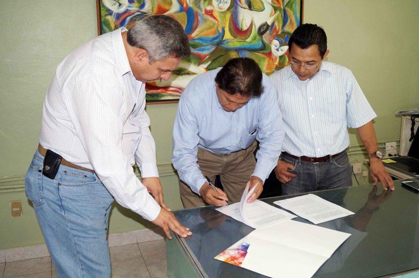 En la firma del  convenio participaron el Coordinador de Organismos Operadores de la Comisión Estatal del Agua, Francisco Javier Márquez S; el Administrador del Agua Potable de Juchitán, Omar Salinas Castillejos, así como  el representante de Fuerza y Energía Bií Hioxo en esta ciudad, Ricardo Morales.